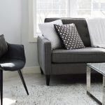 Une chaise apporte une touche de design à votre salon
